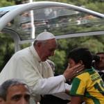 Natan abraçando o Papa Francisco