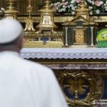 Papa visita Basílica e deposita bola em altar