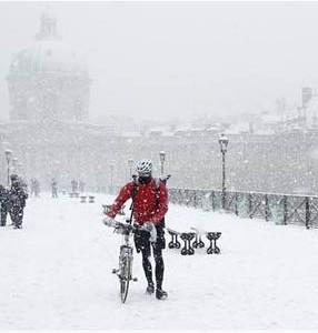Retidos pela neve, motoristas franceses acampam nos carros