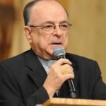 Bispo é aquele que primeiro se nutre e vive a Palavra, diz cardeal