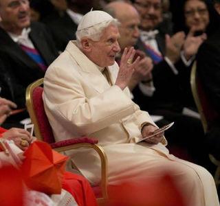 Bento XVI responde à especulações sobre validade de sua renúncia