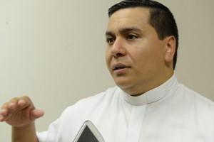 Cristãos evangélicos e católicos rezam juntos na Canção Nova