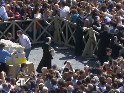 papa presenteia fiéis com evangelho