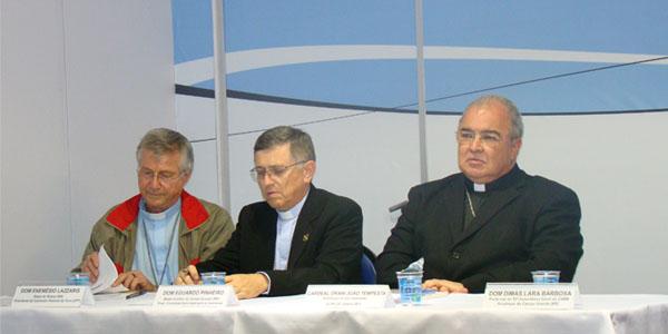 (Da esquerda para a dieita) Dom Enémio Lazzaris, Dom Eduardo Pinheiro da Silva e Cardeal Dom Orani João Tempesta. FOTO: Alessandra Borges