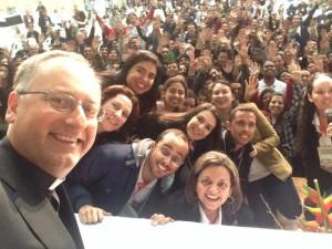 Padre Antonio Spadaro em um Selfie com jovens comunicadores/ Foto: perfil pessoal