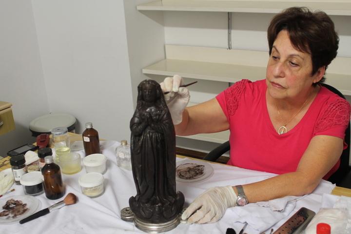 A restauradora Maria Helena Chartuni cuida da imagem de Aparecida há mais de trinta anos / Foto: A12