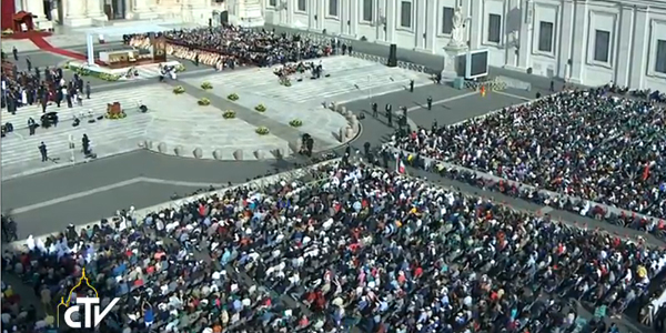 Praça São Pedro acolheu idosos de várias partes do mundo neste domingo, 28 / Foto: Reprodução CTV