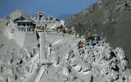 Soldados e policiais japoneses preparam operação de resgate perto do cume do monte Ontake / Foto: Reuters