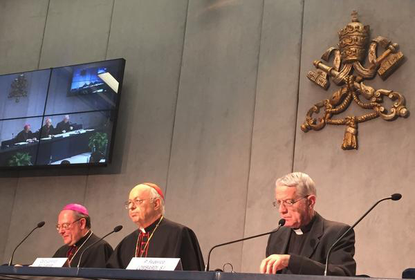 Cardeal Lorenzo Baldisseri (ao centro) dá detalhes sobre a assembleia sinodal que começa neste domingo, 5 / Foto: Santa Sé