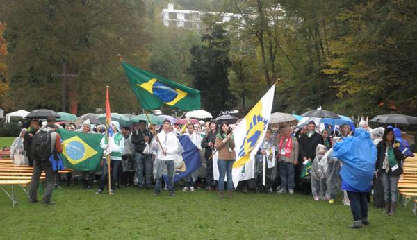 Chegada de um grupo de brasileiros para a celebração da Missa / Foto: Angela Cabel