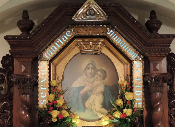 Imagem da Mãe Três Vezes Admirável no Santuário Original; Símbolo do Pai (Triângulo dourado no topo da imagem) foi entronizado na Capela / Foto: Site oficial do Movimento
