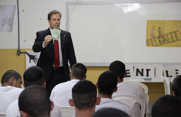 Juiz Auxiliar da Presidência do TRE/ES, Leonardo Alvarenga durante palestra no Instituto de Atendimento Sócio Educativo do Espírito Santo, em Vila Velha / Foto: facebook TRE/ES
