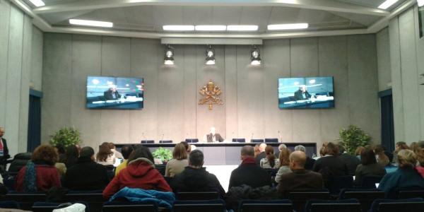 Padre Lombardi durante coletiva de imprensa sobre a visita do Papa à Ásia