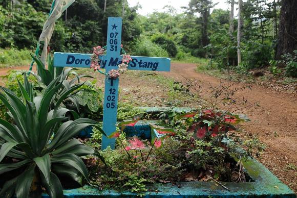 Placa no local onde Dorothy Stang foi assassinada há dez anos presta homenagem ao trabalho da missionária em favor dos trabalhadores rurais / Foto: Tomaz Silva/Agência Brasil