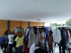 Bazar da Cáritas vende roupas e acessórios; dinheiro é destinado à caridade / Foto: Cáritas Brasileira