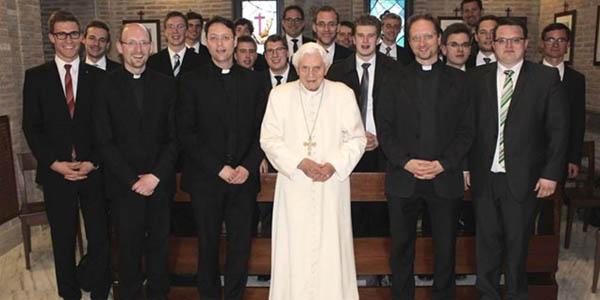 No último dia 11 de abril, o Papa emérito recebeu a visita de seminaristas das Dioceses de Munique e Freising / Foto: Rádio Vaticano