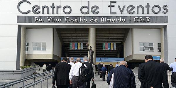 Bispos chegam ao centro de eventos onde realizaram as reuniões da Assembleia / Foto: Wesley Almeida - CN