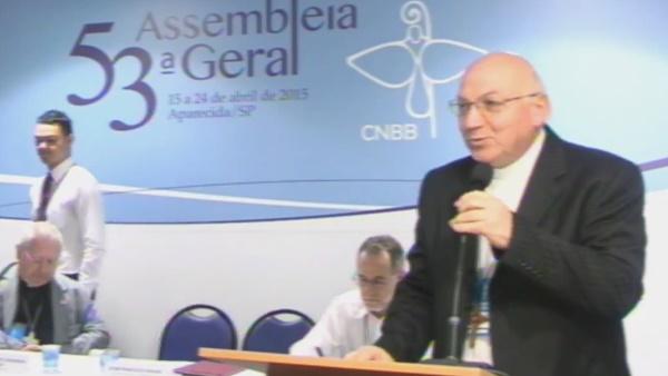 Dom Biasin (em pé) fala sobre perseguiçãos aos cristãos / Foto: Reprodução A12