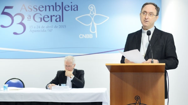 Dom Sérgio da Rocha (em pé) eleito presidente da CNBB e Dom Leonardo, reeleito como secretário-geral