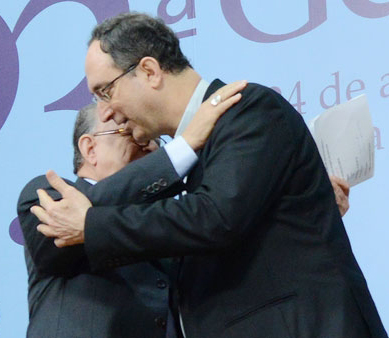 Dom Damasceno e Dom Sérgio se cumprimentam na troca de mandato / Foto: Wesley Almeida - CN