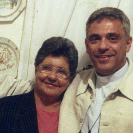 Dona Nazaré ao lado de seu filho, padre Léo / Foto: Comunidade Bethânia