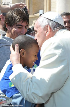 Francisco abraça criança da Casa do Menor / Foto: L'Osservatore Romano