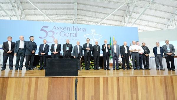 Presidentes das Comissões Episcopais ao lado de seus predecessores na troca de mandato / Foto: Wesley Almeida - CN
