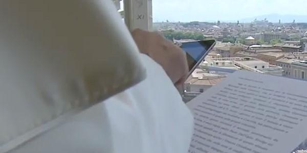 Francisco usou um Ipad para fazer sua inscrição para a JMJ 2016 diante dos fiéis presentes na Praça de São Pedro / Foto: Reprodução CTV