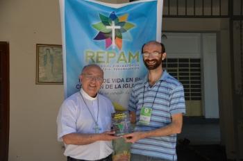 """Dom Barreto (esq.) apresenta o Livro """"Igreja e mineração"""" / Foto: CNBB"""