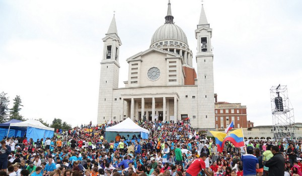 Jovens se concentram na escadaria da igreja de Dom Bosco para celebrar os seus 200 anos. Foto WYD Don Bosco
