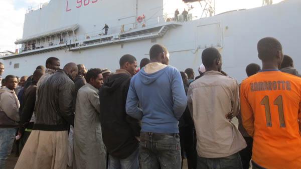 Migrantes em fila no porto siciliano de Augusta (foto de 2013) / Foto: 50994868, RanieriMeloni,iStockByGettyImages