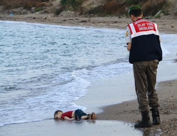 Foto de menino encontrado morto na praia de Bodrum choca o mundo e mostra drama dos refugiados / Foto:  Nilufer Demir/Reuters