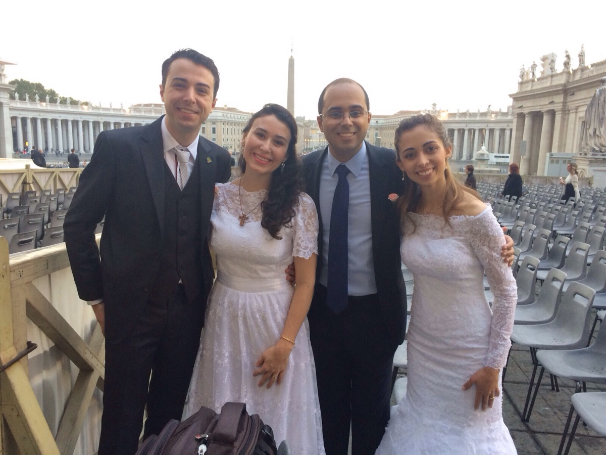 Casais de brasileiros encontram-se com o Papa após Catequese