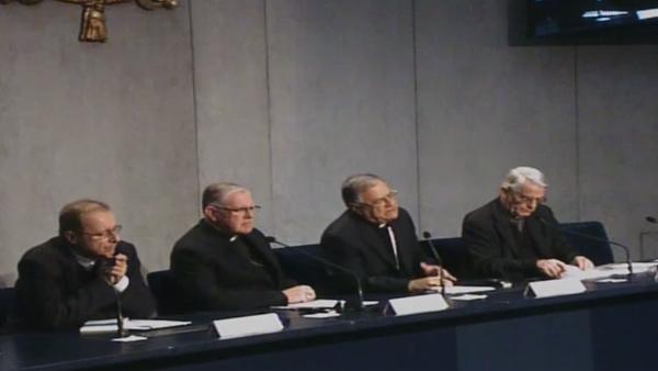 Padres sinodais, junto com Padre Lombardi (último à direita) em conversa com a imprensa / Foto: Reprodução CTV