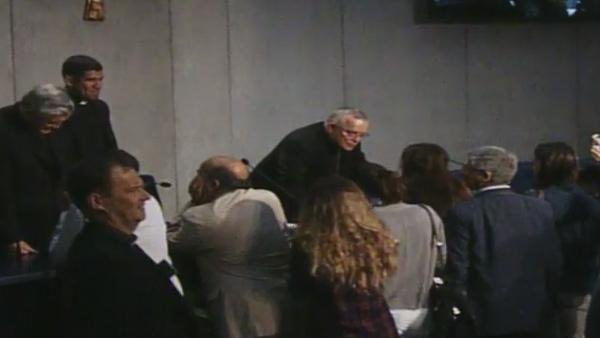 Após intervenções dos bispos, jornalistas se aproximam para entrevistas individuais / Foto: Reprodução CTV