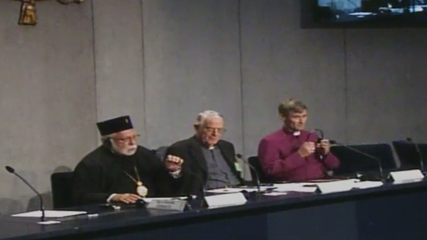 Patriarca Stephanos (esq.), padre Lombardi e o bispo Anglicano / Foto: Reprodução CTV