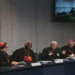 Cardeal Lacroix (esq.), Cardeal Turkson, padre Lombardi e Dom Van Looy, em coletiva nesta manhã / Foto: Reprodução CTV