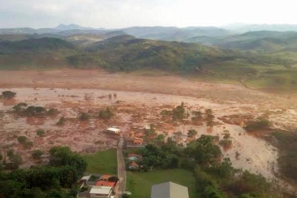Distrito de Bento Rodrigues, em Mariana (MG), ficou alagado de lama após rompimento de barragens / Foto: Corpo de Bombeiros/MG
