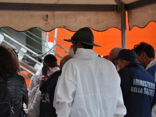 Voluntários trabalham na recepção aos refugiados prestando os primeiros atendimentos necessários / Foto: Danusa Rego - CN Roma