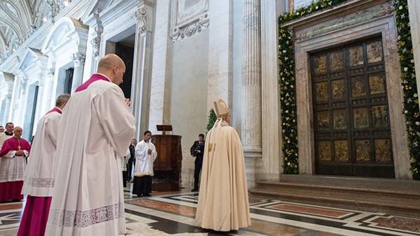 Papa Francisco diante da Porta Santa da Basílica de São Pedro/ Foto: L'osservatore Romano