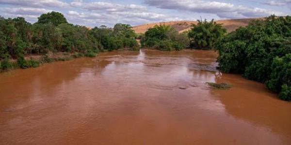 Passagem da lama pelo Rio Doce, devido ao rompimento de barragem em Mariana, causa desastre ambiental em Governador Valadares, MG./ Foto: Agência Brasil