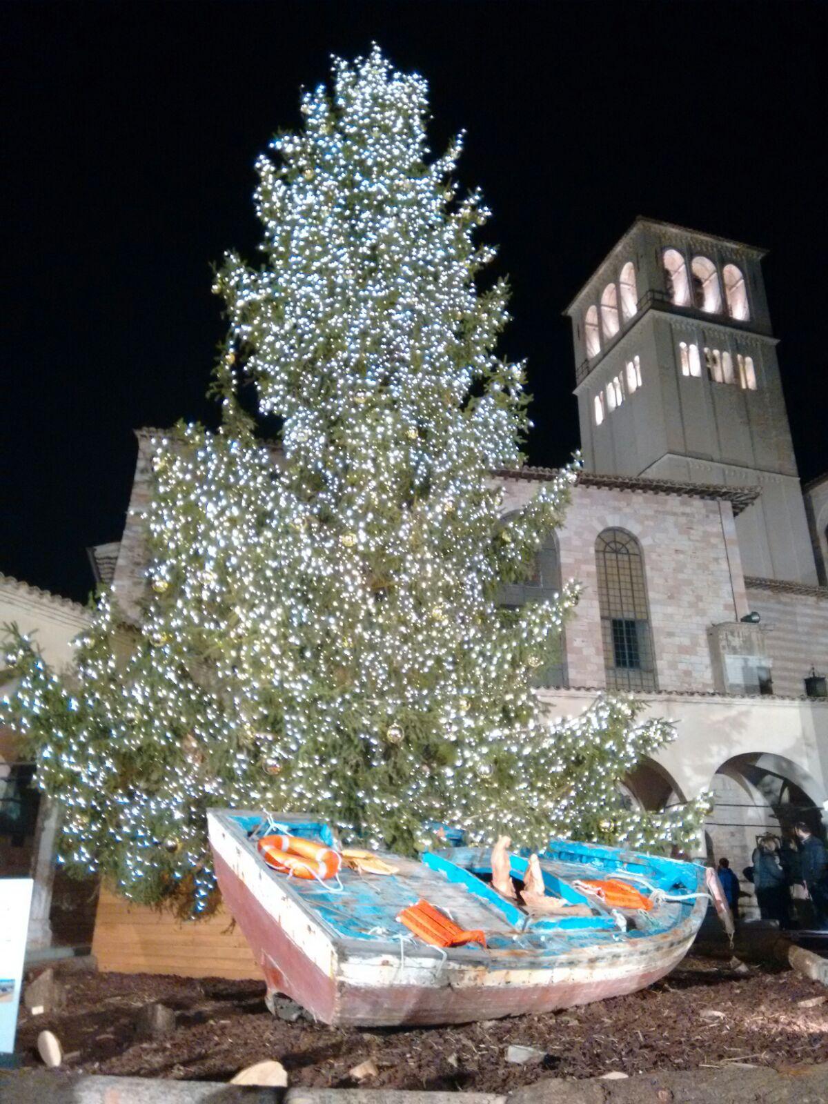 Detalhes da Árvore de Natal acesa em Assis / Foto: Danusa Rego - Canção Nova