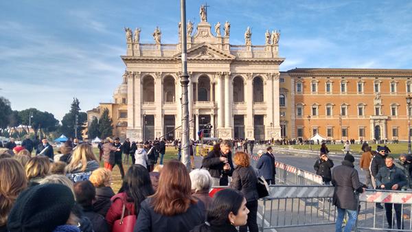Fiéis diante da Basílica de São João Latrão, onde a POrta Santa foi aberta neste domingo / Foto: Catarina Jatobá