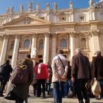 Grupo com a cruz da peregrinação rumo à Porta Santa da Basílica de São Pedro / Foto: Catarina Jatobá - CN Roma
