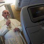No voo de retorno a Roma, Papa fala sobre encontro com Trump e aparições de Medjugorge