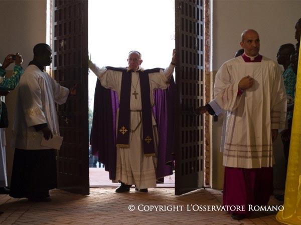 Papa durante abertura da Porta Santa em Bangui, 29 de novembro de 2015