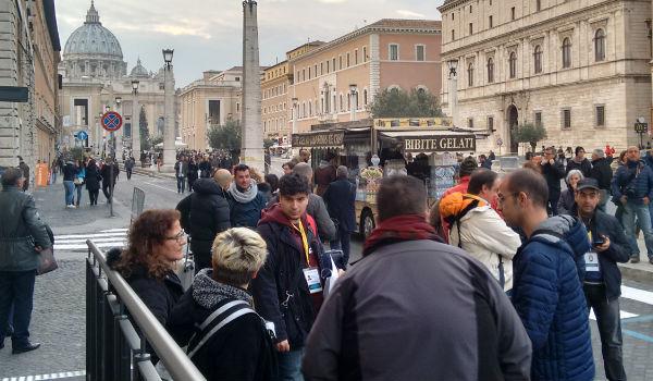 Em frente ao Centro de Acolhimento, peregrinos aguardam bilhetes para acesso aos eventos do Ano Jubilar / Foto: Catarina Jatobá - Canção Nova