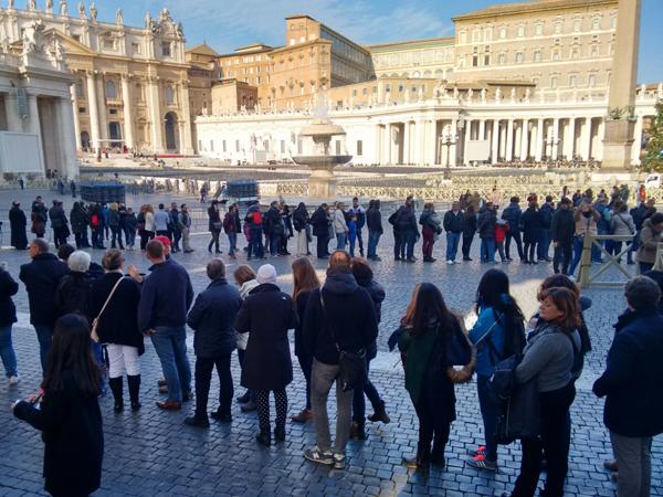 Peregrinos já movimentam a Praça São Pedro na véspera do início do Jubileu da Misericórdia / Foto: Catarina Jatobá - CN Roma