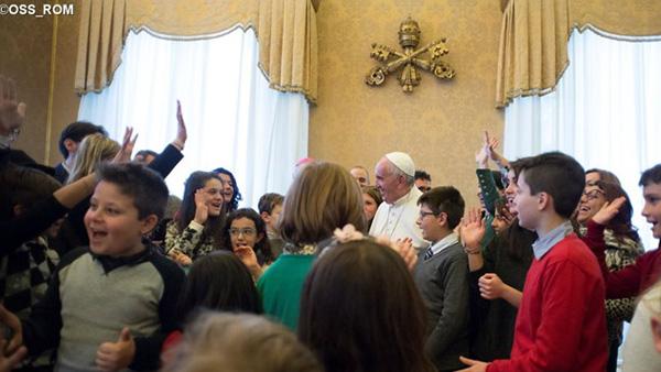 Crianças reunidas com o Papa no Vaticano / Foto: L'Osservatore Romano