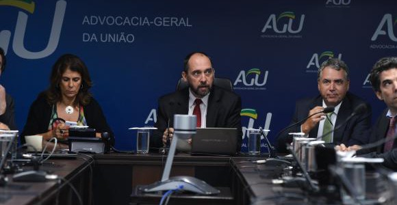 O advogado-geral da União, Luís Inácio Adams, e a presiedenta do Ibama, Marilene Ramos, discutem com representantes da Samarco, Vale e BHP a criaação da fundação / Foto: Valter Campanato - Agência Brasil